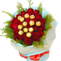 Impressive Valentine Special Bouquet of Roses and Ferrero Rocher Chocolates for Special One